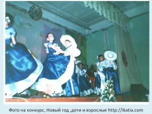 девушки в костюмах на сцене