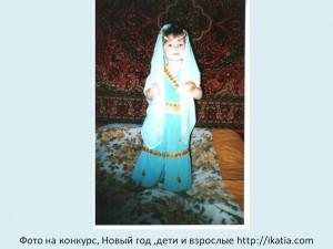 девочка в костюме маленькая арабка (пояс упал на коленки)