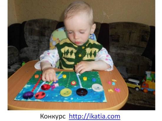 мальчик делает аппликацию из пластилина