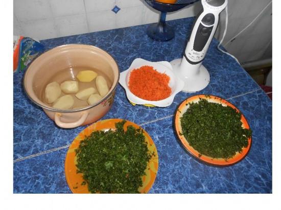 порезаная крапива, картофель, морковь
