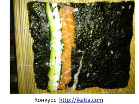 лист морской капусты сверху огурец и рыба