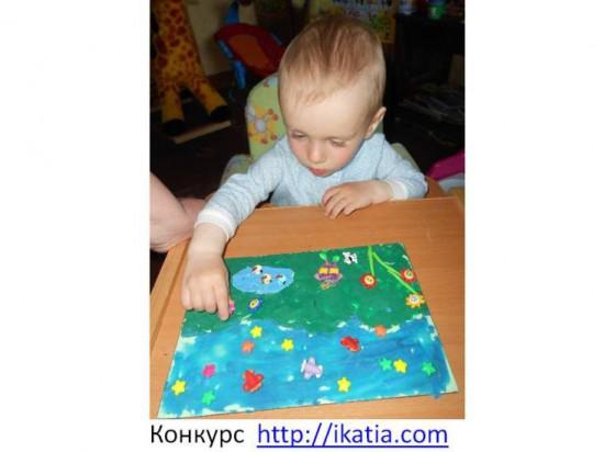 ребенок лепит картину из пластилина