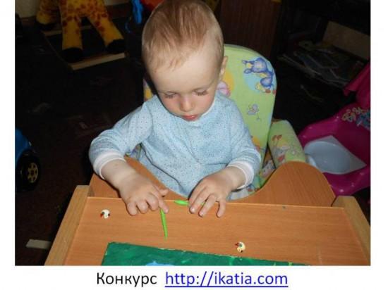 мальчик лепит колбаски из пластилина